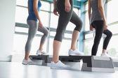 Tre kvinnor i aerobics klass — Stockfoto