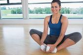 улыбается женщина делает связанные угол йога поза — Стоковое фото