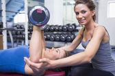 счастливый тренер с женщиной, поднятие тяжестей — Стоковое фото
