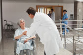 Doctor taking care of patient — Stockfoto