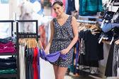 Mujer en el centro comercial — Foto de Stock