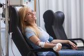 Doar sangue de mulher a sorrir — Foto Stock