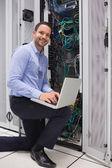 Man doen onderhoud op de data store — Stockfoto