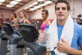 Man ler i gym — Stockfoto
