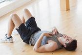 Homme allongé sur le sol — Photo