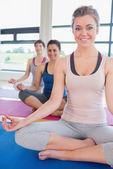 Счастливые женщины, сидя в легкой йоги ставят — Стоковое фото