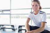 Frau sitzt auf zeile maschine — Stockfoto