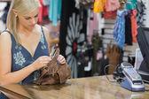 De pé no balcão olhando através de bolsa de mulher — Foto Stock