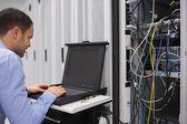 Man aan het werk met servers — Stockfoto