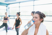 Women drinking water in aerobics class — Stock Photo