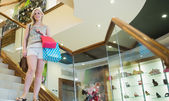 Mujer de pie en una tienda en las escaleras — Foto de Stock