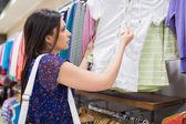 Mirando la etiqueta de precio de ropa de mujer — Foto de Stock