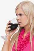 серьезные блондинка, выпить стакан вина — Стоковое фото