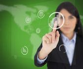 Kobieta dotyka jednego przycisku na ekranie zielony — Zdjęcie stockowe