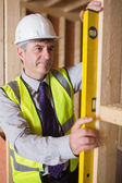 Man measuring wooden frame — Foto Stock