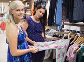 Mujeres sonrientes y compras — Foto de Stock
