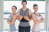 Trainer standing between two women — Stock Photo