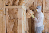 Worker filling walls with insulation material — Foto de Stock