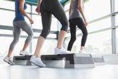 Tres mujeres haciendo ejercicios aeróbicos — Foto de Stock