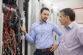 Deux techniciens discutant de câblage — Photo