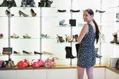 站在鞋显示旁边的女人 — 图库照片