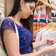 Woman looking at price tag — Stockfoto