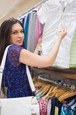Vrouw houdt prijskaartje — Stockfoto