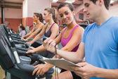 Instructeur weergegeven: stopwatch in gym — Stockfoto
