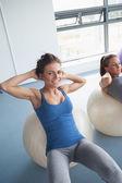 Frauen training auf gymnastikball — Stockfoto
