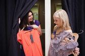 ženy stojící v měnícím místnost mluví — Stock fotografie
