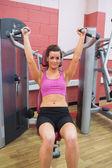 Vrouw met behulp van gewichten machine — Stockfoto