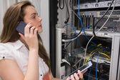Femme travaillant sur les serveurs avec tablet pc sur le téléphone — Photo