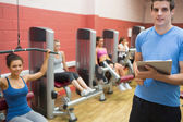Trainer in weights room with women — Stock Photo
