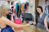 Vrouw betalende wth creditcard — Stockfoto