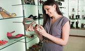 Mirando los zapatos de mujer — Foto de Stock