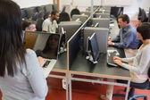 Computadora clase trabajando como profesor está escribiendo en computadora portátil — Foto de Stock