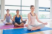 Kolay yoga meditasyon kadınlar teşkil — Stok fotoğraf
