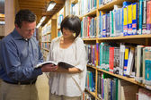 Man and woman looking at book — Foto Stock