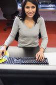 Sonriente en clase de informática — Foto de Stock