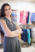 Mujer en tienda de ropa — Foto de Stock