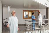 Mujer sonriente en un hospital — Foto de Stock