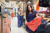 Mulheres olhando para roupas — Foto Stock