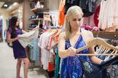 Mujeres mirando ropa en carril — Foto de Stock