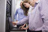 Techniciens, contrôle des serveurs avec ordinateur portable — Photo