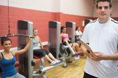Trainer teaching women in weights room — Stock Photo