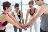 W sali gimnastycznej, łącząc ręce — Zdjęcie stockowe