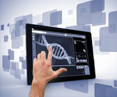 Man wijzend op dna interface op digitale tablet pc — Stockfoto
