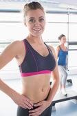 Gelukkige vrouw in klasse van de dansaerobics — Stockfoto