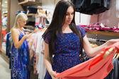 Mujer está mirando ropa — Foto de Stock