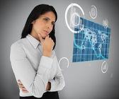 Donna d'affari guardando ologramma mappa mondo — Foto Stock
